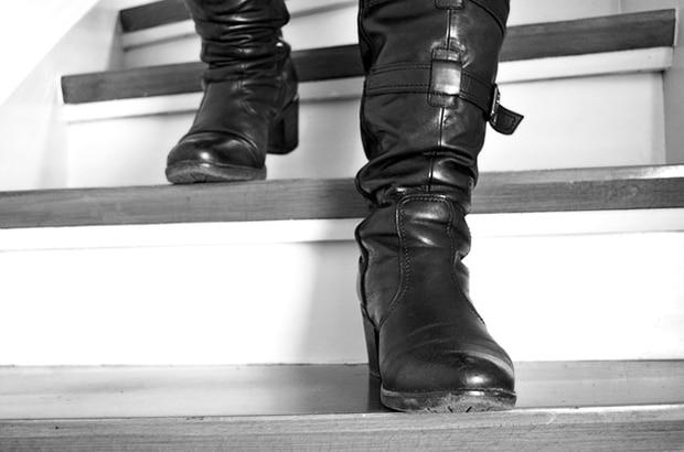 Fuss Sklaven und Stiefel Sklaven stehen aufs Lecken von Füßen und Stiefeln