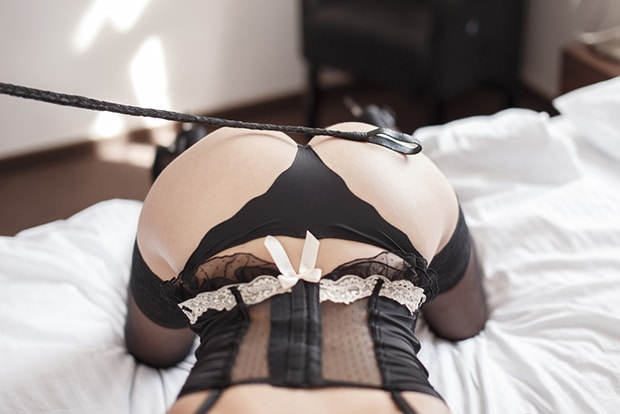 Die Sklavenhure muss sexuelle Dienstleistungen auf Befehl seiner Herrin erfüllen